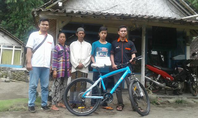 Penyerahan Sepeda Pelajar Dhuafa oleh Team Lazismu Jember