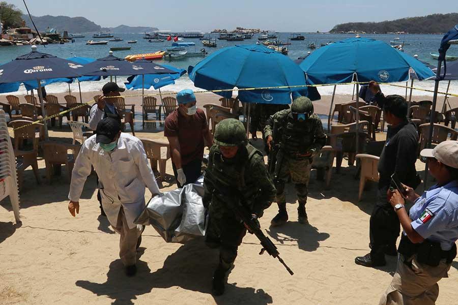 Ejecutan a presunto narcomenudista en Acapulco; sicario intentó huir nadando