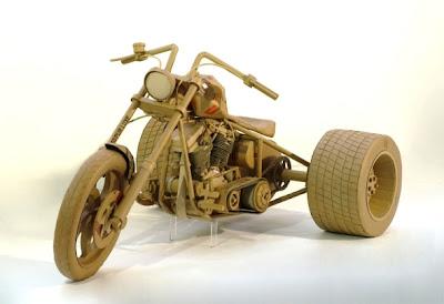 motocicleta hecha con cartón reciclado