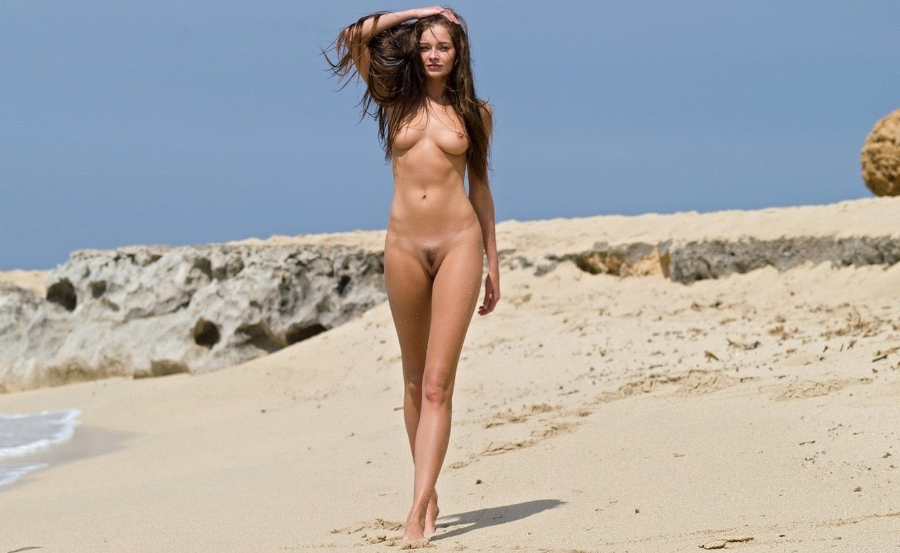 naked-girl-running-on-beach