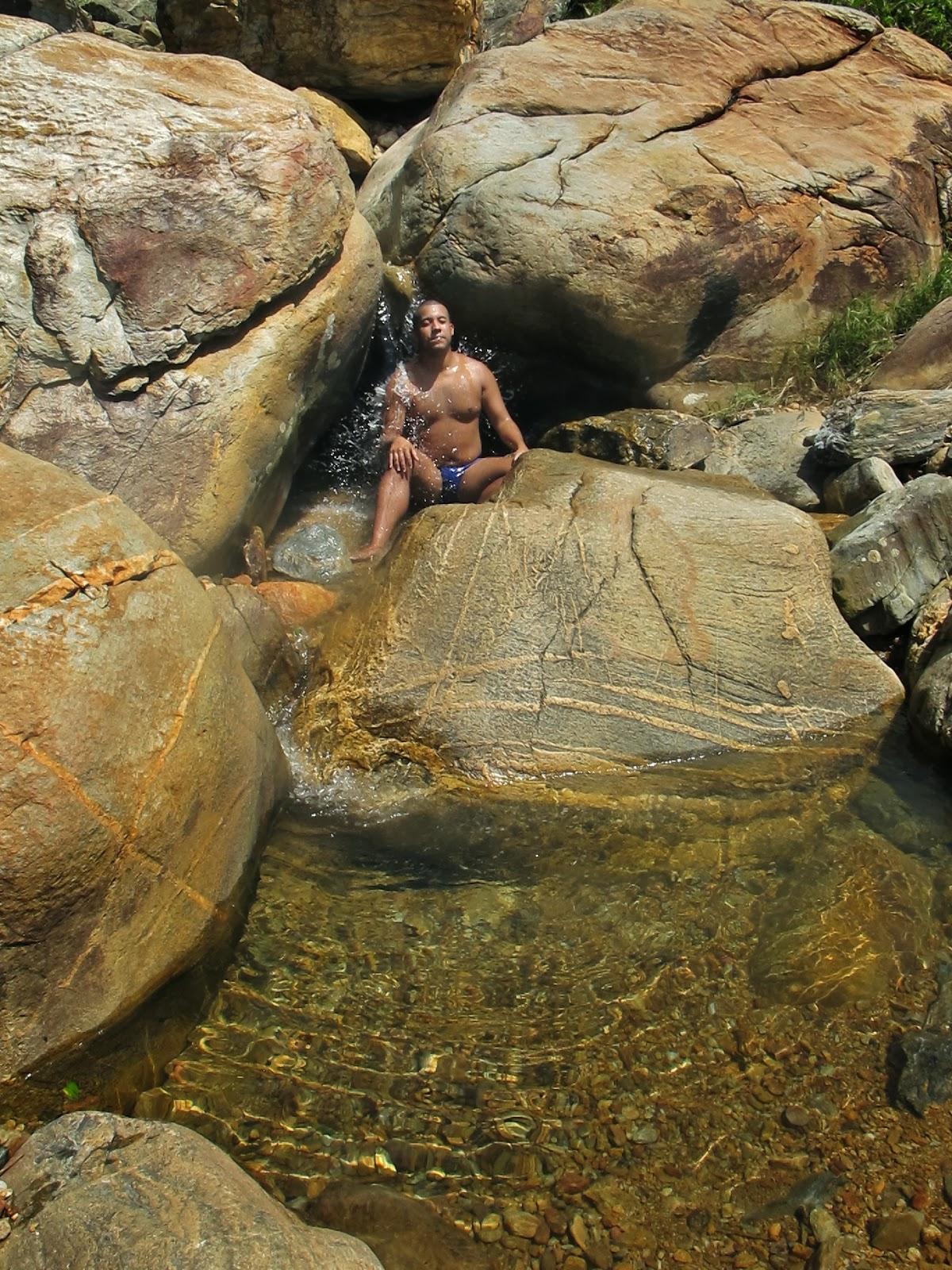 Cachoeira desemboca no mar, na Praia Vermelha, em Penha, no litoral catarinense.