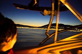 costa del sol por la noche desde el mar