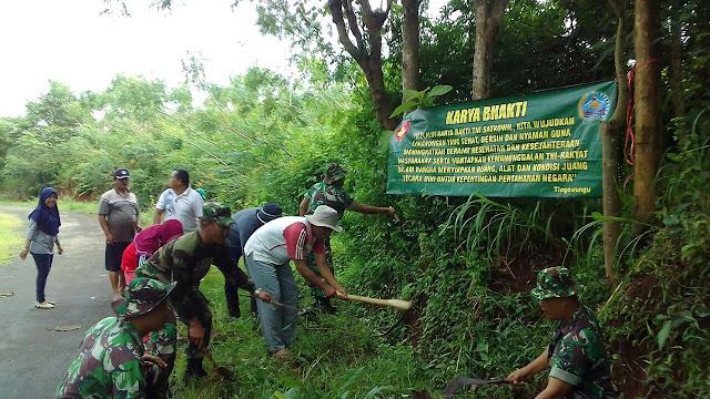 Kompak, Warga dan Anggota TNI Bersihkan Saluran Air Desa Regaloh