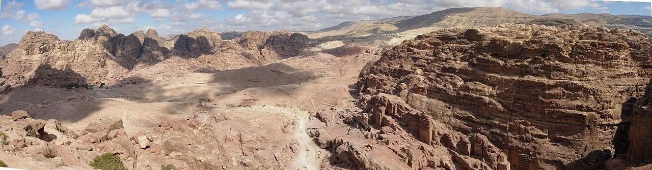 Vista panorámica del Alto lugar del Sacrificio en la parte inferior de la ciudad de Petra.Fuente: Wiki