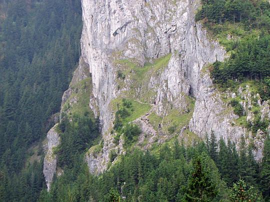 Zbliżenie na szlaki pod Jaskinią Raptawicką.