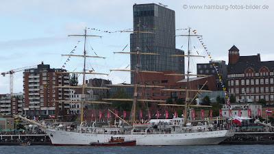 Segelschiff, Windjammer, Dar Mlodziezy, an den Landungsbrücken in Hamburg, Seitenansicht