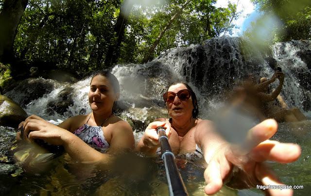 Banho de cachoeira na Estância Mimosa, em Bonito