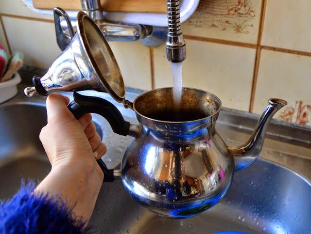 Nalać do czajniczka zimną wodę