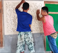 Proses pemasangan relief ukir batu putih