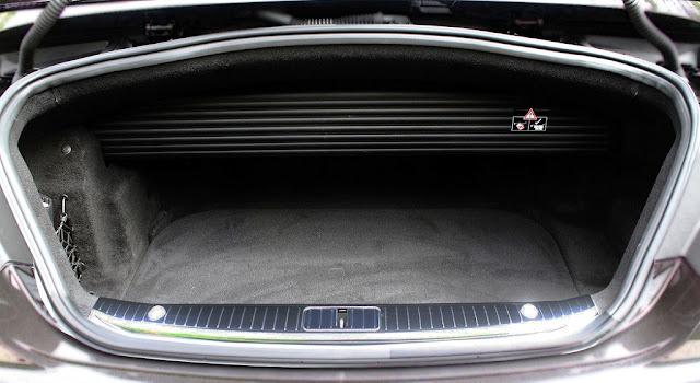Cốp sau Mercedes S500 Cabriolet 2019 tích hợp tính năng mở cốp bằng chân