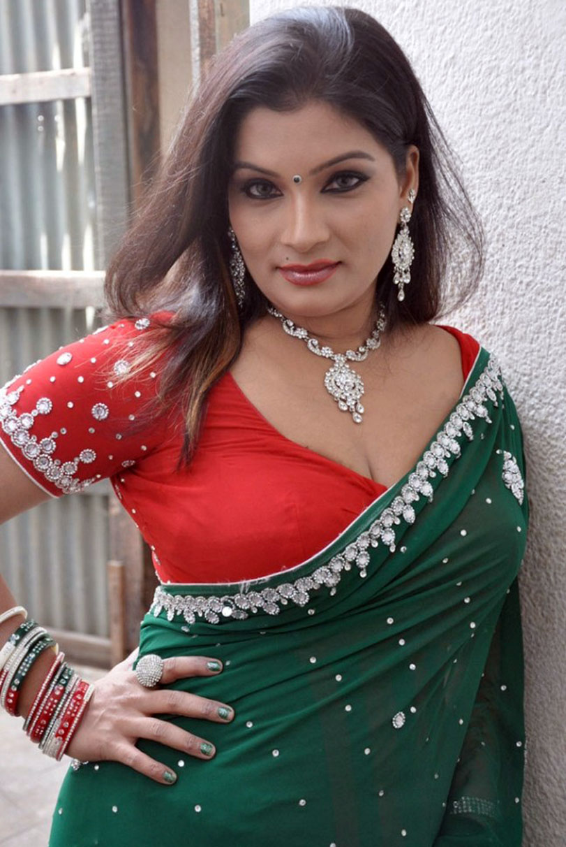 South India Actress Mumtaj Latest Green Saree Photo Stills -8651