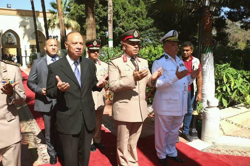 محافظة القاهرة يضع اكليل الزهور على قبر الجندي المجهول