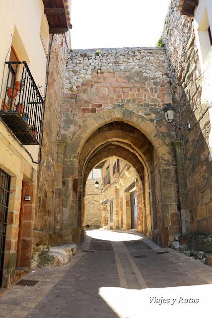Arco Arrebatacapas desde la Plaza de España, Atienza