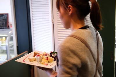 サロンドテフルーヴで接客研修 料理やデザートを配膳