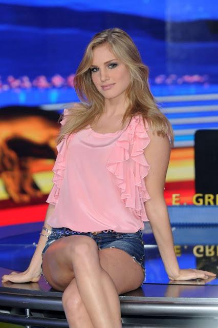 Итальянская телеведущая и блондинка Irene Cioni