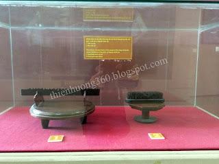 Lưỡi cưa sắt, bàn chải sắt nhân dân Hoà An đã sử dụng  trong việc sơn quét tu bổ mộ cụ Sắc