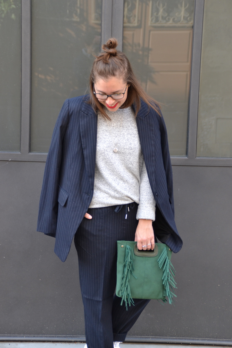 Tailleur veste et pantalon bleu marine rayé blanc H&M, pull doux H&M,collier SeeMeOrg et l'atelier d'amaya