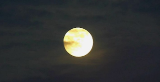 Δείτε Το «Παγωμένο Φεγγάρι» Των Χριστουγέννων που Φώτισε τον ουρανό για πρώτη φορά μετά από 38 χρόνια. Πώς συνδέεται Με τον μύθο Του Αη Βασίλη