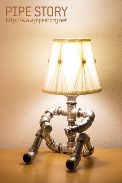 Lampu meja terbuat dari pipa baja