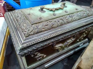 Caja antigua decorada en el desembalaje de Noja