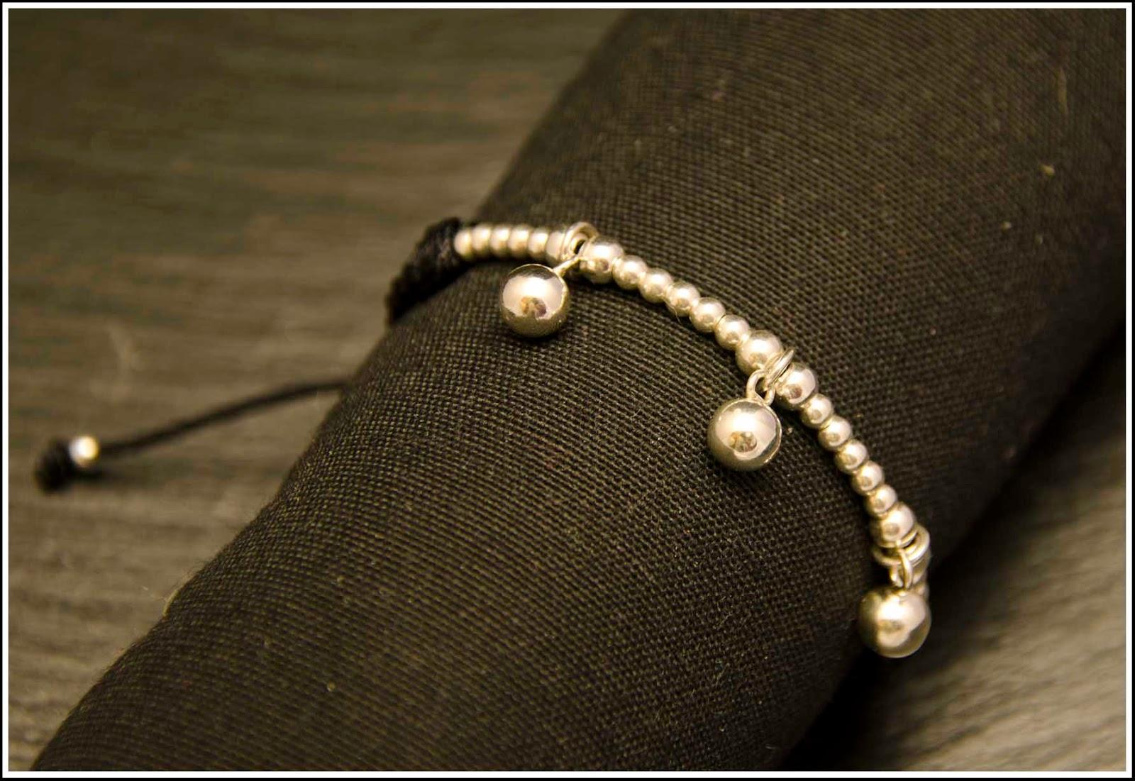 Pulsera de plata con colgantes de bolas montada en cordón negro