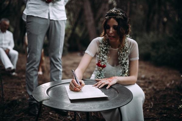 La novia firma el acta matrimonial