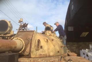 Ingleses compram tanque de guerra e acham barras de ouro escondidas no blindado