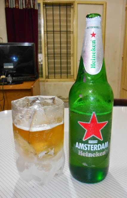 Vaso casero para cerveza relleno de agua congelada.