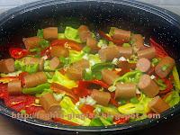 Τα φαγητά της γιαγιάς - Πιπεριές με λουκάνικα στη γάστρα