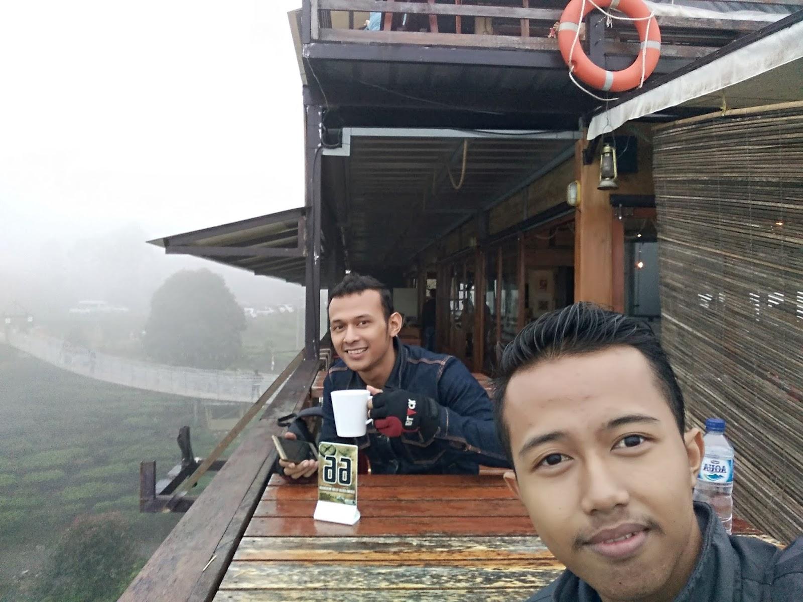 Menikmati secangkir kopi panas di Pinisi Resto