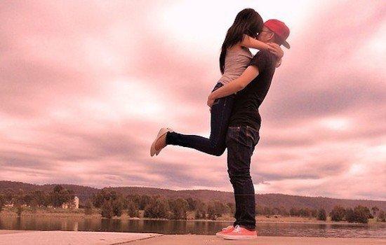9 Pelukan Halal Yang Bisa Kamu Coba Dengan Pasanganmu, Tapi Setelah Nikah Ya...