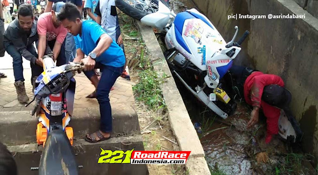 Video Road Race KALTIM, Sirkuit Tanpa Pembatas Motor & Pembalap Nyemplung Got