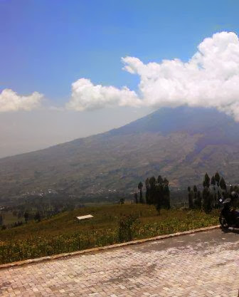Gunung Sumbing dilihat dari Puncak Posong