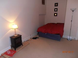 Glasgow-i lakás nappalija ággyal