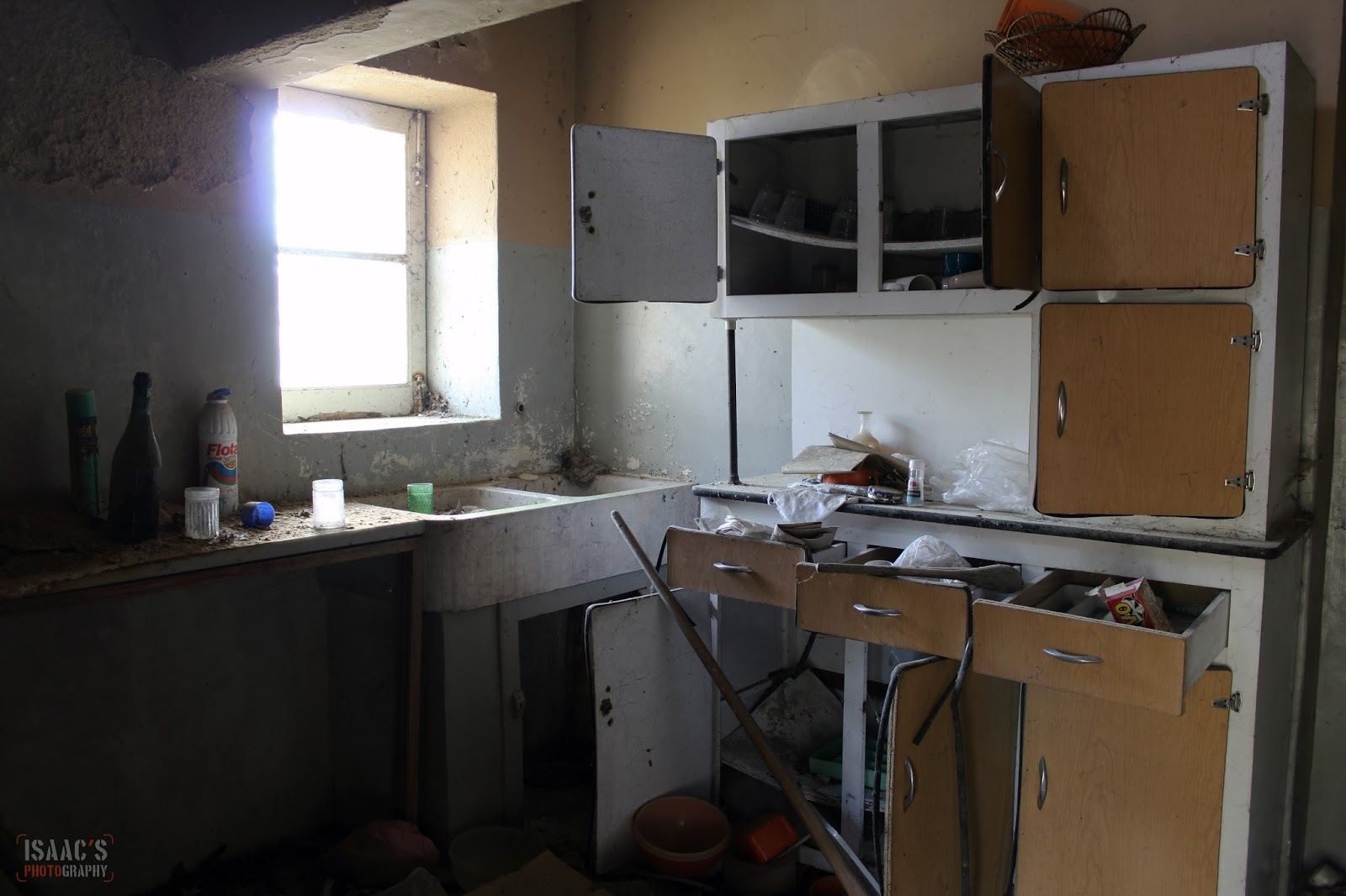 El silencio del abandono la casa oscura for Mesa supletoria cocina