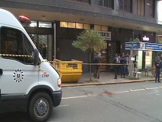 Marginal troca tiros com a Guarda Municipal quando surpreendido assaltando joalheria, em Caxias do Sul (RS), houve feridos
