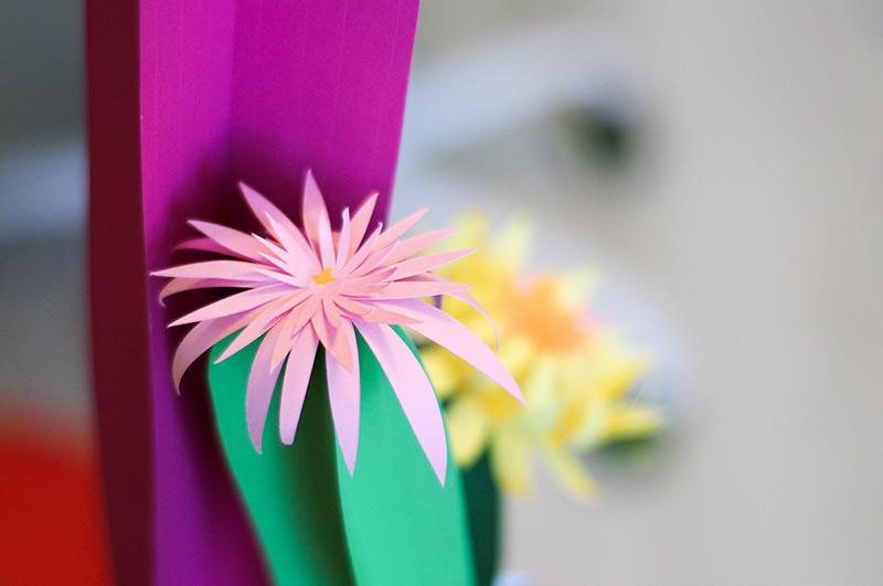 détail d'une fleur en papier découpé du cactus