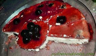 Smaczny i aromatyczny sernik, pieczony na gotowych ciastkach z dodatkiem wiśni i galaretki.