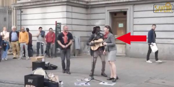 Il chante Bob Marley, Puis cette dame se joint à lui. J'en ai la chair de poule !