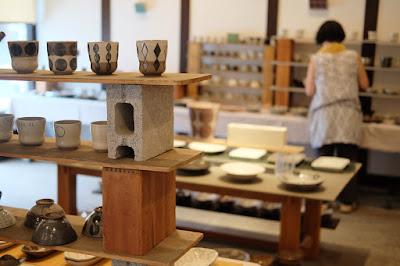生坂村の陶芸家・なかがわひとみさんの展示「蔵みーる」