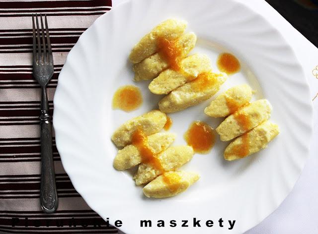 gule z serem i sosem śliwkowym