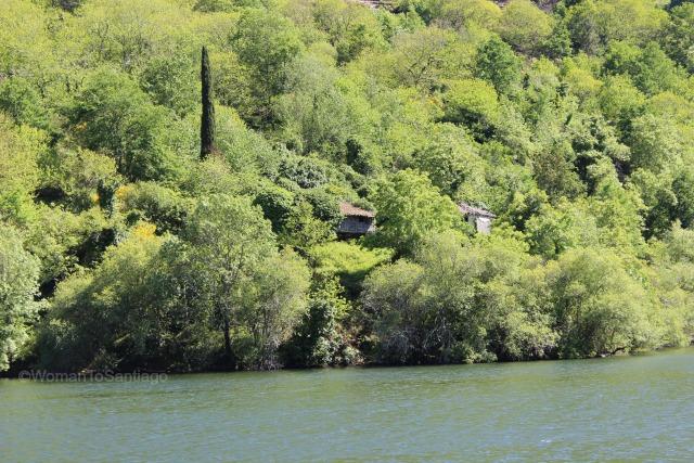 ribeira-sacra-camino-de-santiago-de-invierno-casas-orilla-rio-sil