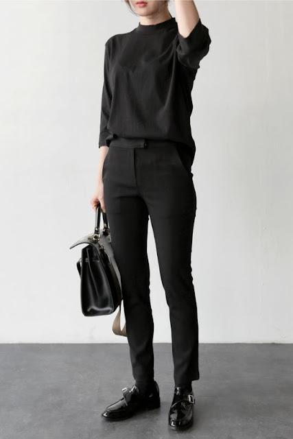 Девушка в черной водолазке и черных брюках