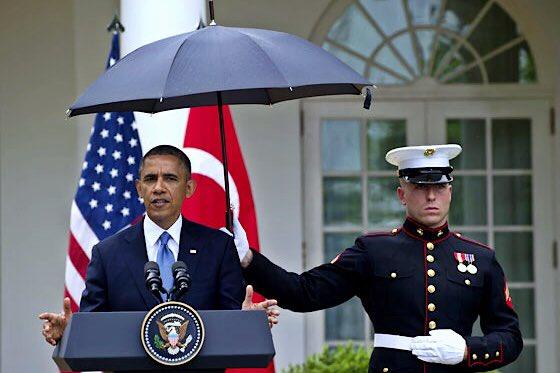 La lluvia no detuvo a Putin al honrar a los caídos por los nazis; rusos se burlan de Obama