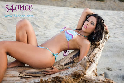 Andrea Luna super hot en la playa