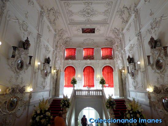 Hall de entrada en la visita al Palacio de Catalina en Pushkin