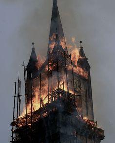 biserică în flăcări - imagine preluată de pe www.pinterest.com