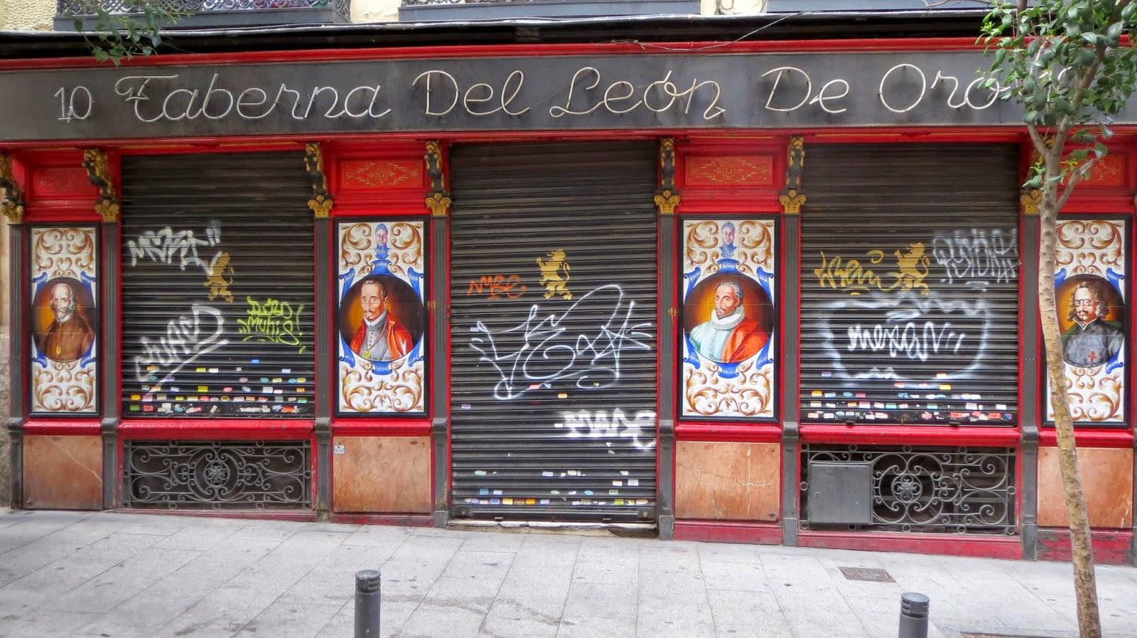 Azulejos en fachada, calle León 10
