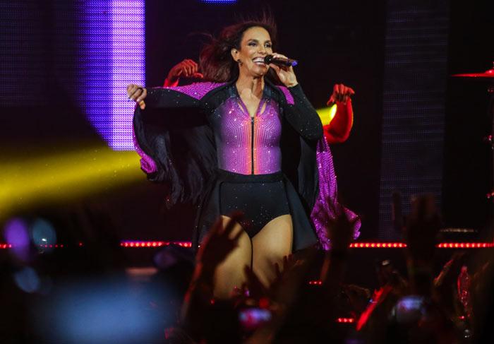 Ivete Sangalo embala pedido de casamento lésbico em palco de show