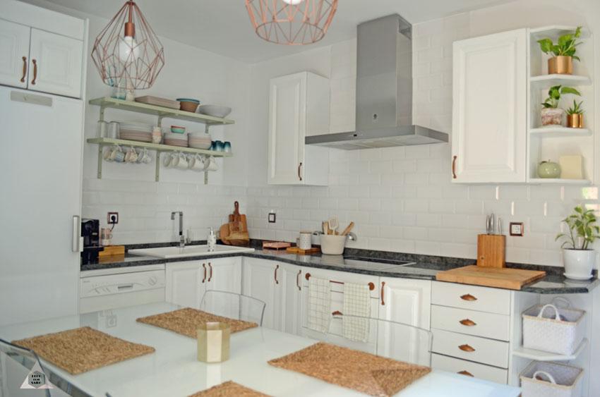 renovación de cocina muebles blancos